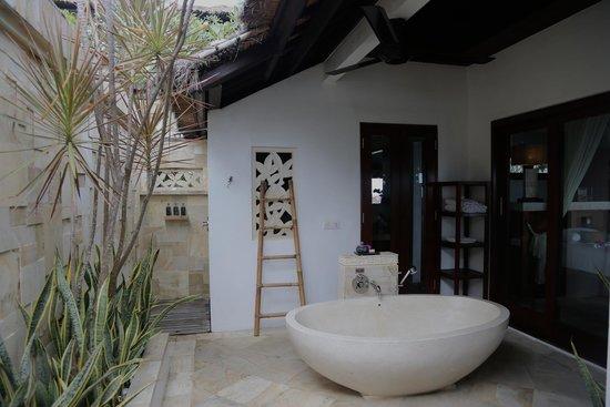 Batu Karang Lembongan Resort & Day Spa: Our bathroom