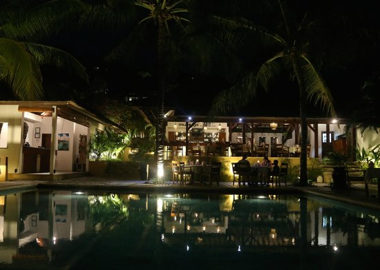 Batu Karang Lembongan Resort & Day Spa: The restaurant by night