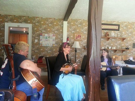 The Highlands Inn: Impromptu guitar circle & sing along