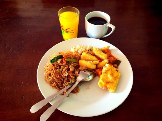 Centro Bajo Hotel & Resto: It's a very good food @ Centro Bajo Hotel. We can choose our ownself for our breakfast. I really