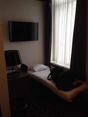 Hotel Cornelisz: 3rd single bed & desk area.