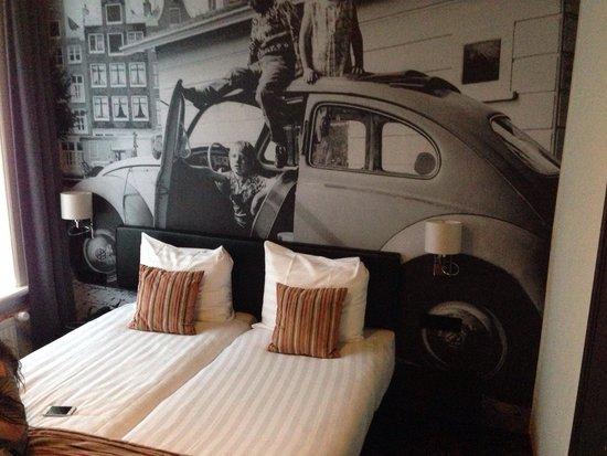 Hotel Cornelisz : 2 single mattresses to create the double bed and nice decor.