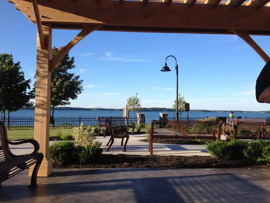 1000 Islands Harbor Hotel: Outdoor seating