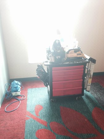 Residence Inn Louisville Downtown: Maintenance cart sitting in the elevator lobby