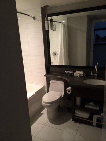 Sandman Signature Edmonton South Hotel: Bathroom