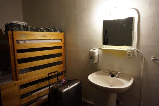 Hostelling International Vancouver Central: Lavabo et miroir dans la chambre