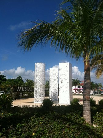 Museo Maya de Cancun: Outside Museum (they light up in different colors at night)