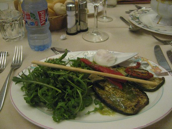Auberge De Cendrillon: Surtido de verduras a la plancha, con salsa al pesto, huevos escalfados y rúcula