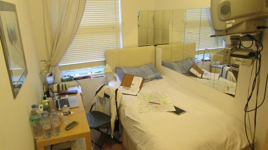 myOE Guesthouse: My lovely room in Hammersmith.