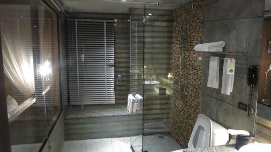 โรงแรม เดอะ ฟิวชั่น สวีท: Bathroom inside