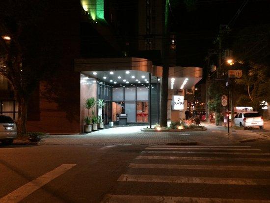 Slaviero Suites Curitiba Batel: Fachada Noturna do Hotel