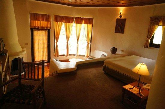 Imperial Phukaew Hill Resort: ห้องพักเล่นระดับ มีโซฟาแยกออกไป มีระเบียงส่วนตัว