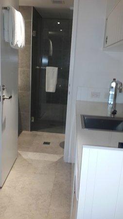 Adina Apartment Hotel Bondi Beach: Room + Bathroom
