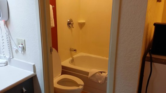 Red Roof Plus+ Atlanta - Buckhead: bathroom
