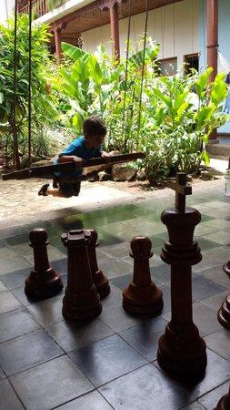 Hotel con Corazon: Balançoire et jeux d'échec