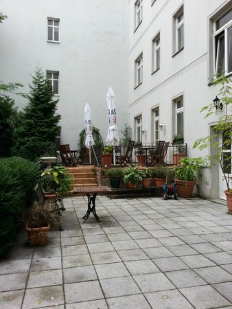 Myer's Hotel - Berlin: Back courtyard with terrace