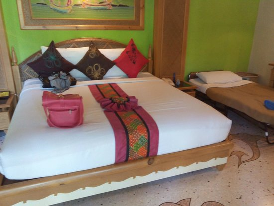 Somkiet Buri Resort: our poolview room with extra bed