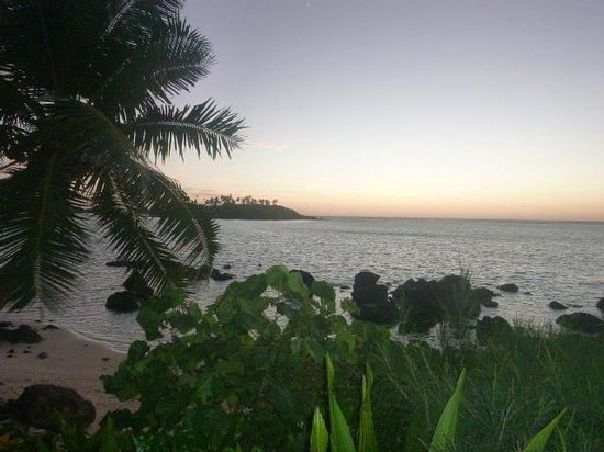 Te Manava Luxury Villas & Spa: view of lagoon from beachside deck in morning