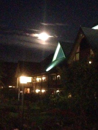 Best Western Windsor Inn: Hotel with full moon