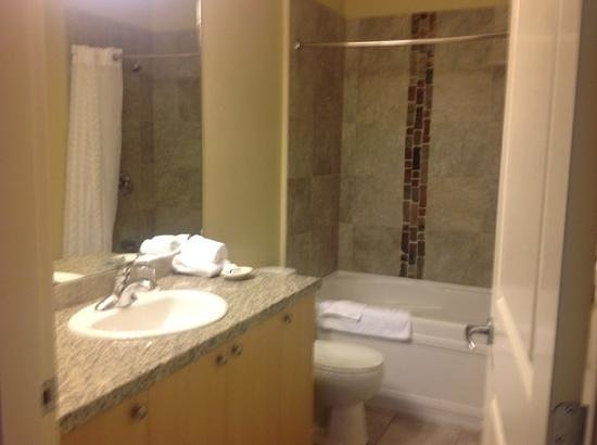 The Cove Lakeside Resort: Bathroom off master bedroom