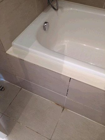 Commune by the Great Wall : Grout even around the tub was grimey and gross