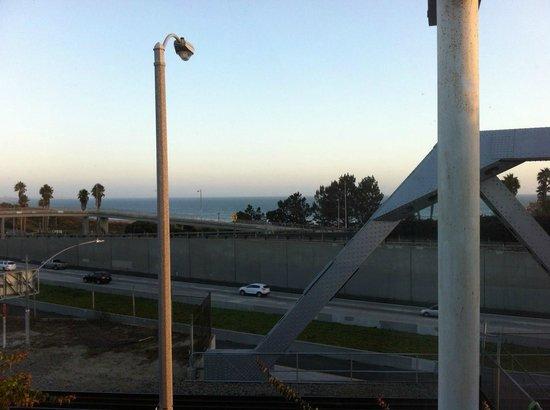 BEST WESTERN PLUS Inn of Ventura: Room #228, view of the ocean, highway 101, and train track/bridge