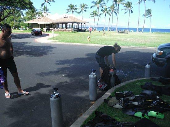 Maui Diving Scuba Center Snorkel Shop: Major getting the equipment ready
