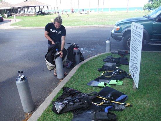 Maui Diving Scuba Center Snorkel Shop: Major getting us set up again