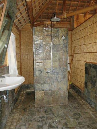 The Coral Blue Oriental Beach Villas & Suites: Bathroom in the beach suite