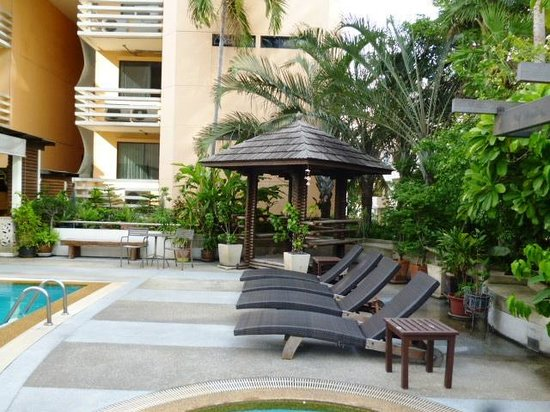Abloom Exclusive Serviced Apartments: Swimming pool seating