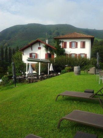 Hotel du Chene: The hotel's garden