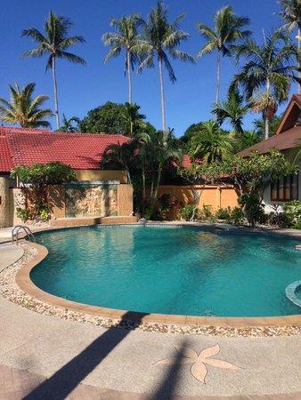 Kanok Buri Resort : piscine de l'hôtel