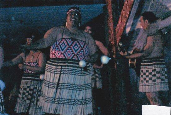 Pueblo maorí Tamaki: Maori dancers