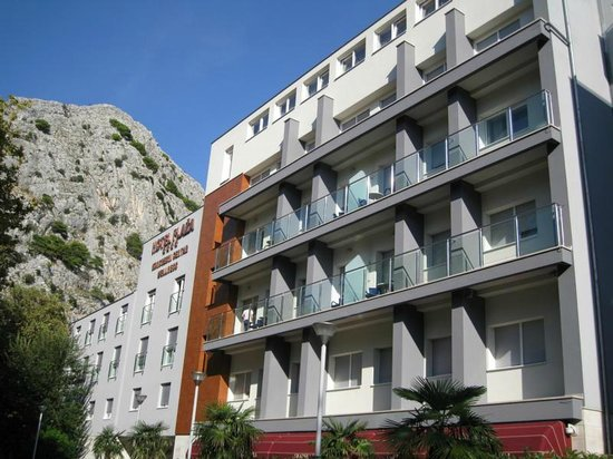 Hotel Plaza Omis : Street view of Hotel