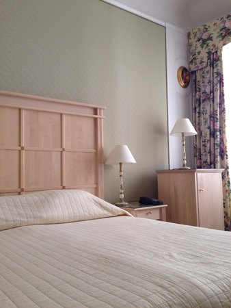 Hotel Konig Von Ungarn: リビング、ベッドルーム。