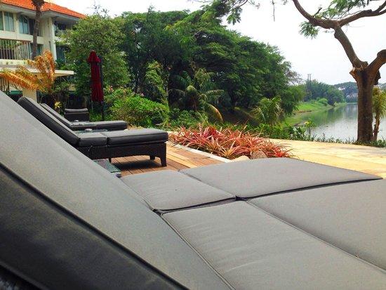 Bandara Hotel: Chilling out near the lake
