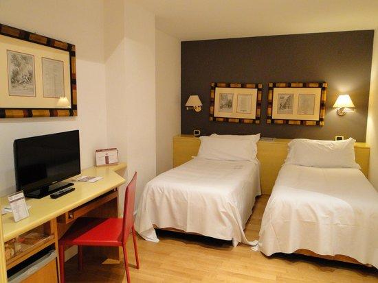 Hotel Plaza Opera : Hotel Room