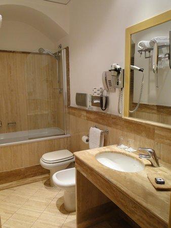 Hotel Plaza Opera : Bathroom