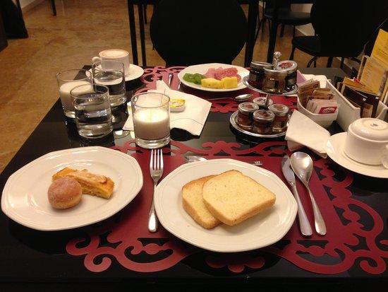 Hotel Plaza Opera : Breakfast