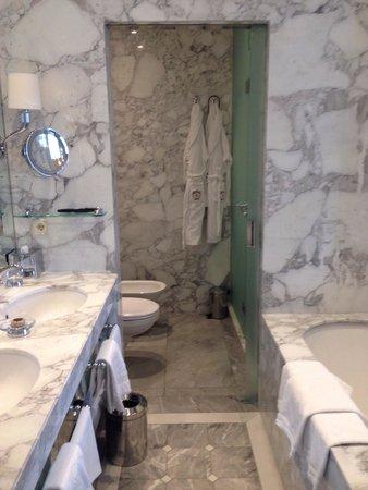 Hotel Sacher Wien: Bagno con vasca e doccia