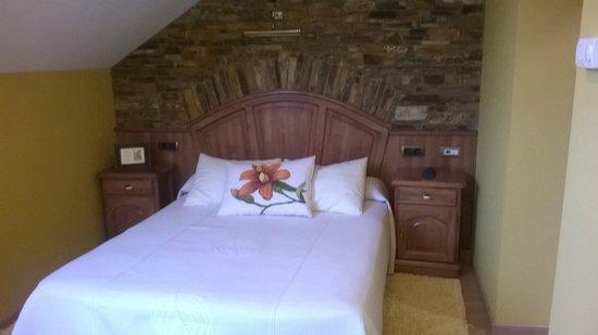 Hotel Casa Paulino Taramundi: Cama de matrimonio habitación Nubeiro