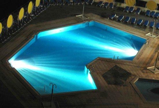 Ô Hotel Golf Mar: Piscina exterior de noite