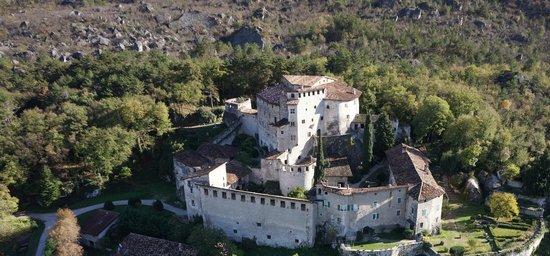Calliano, Italia: Castel Pietra ... dal drone