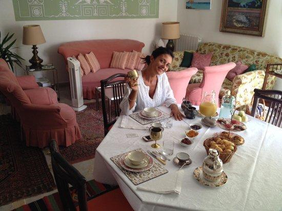 Palazzo Lungarini Bed and Breakfast: Colazione in Salotto
