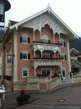 Cavallino Bianco Family Spa Grand Hotel: Ingresso dell'albergo