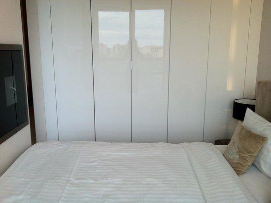grand placard et cran plat de la chambre picture of platinum residence warsaw tripadvisor. Black Bedroom Furniture Sets. Home Design Ideas