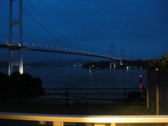 Sunrise Itoyama : 部屋の窓からしまなみ街道の夜景