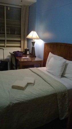 40 Berkeley: la stanza, letto e scrivania