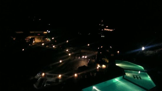 Hotel Topaz: View of hilltop, villages & swimming pool at night