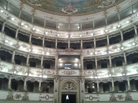 Piazza dei Martiri: Interno Teatro comunale